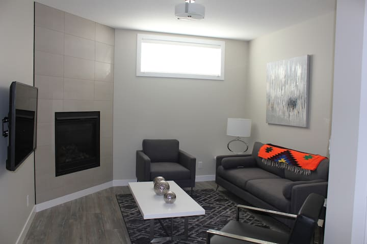 Saskatoon Deluxe Suite, Fully-Furnished