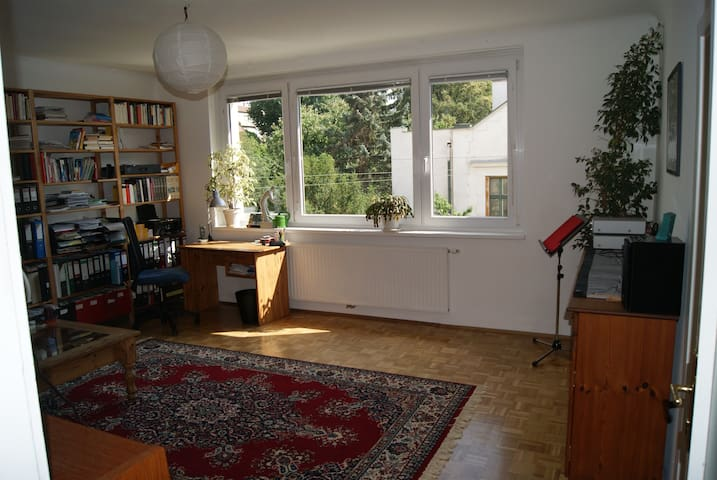 Quiet and sunny apartment (70m²) free parking