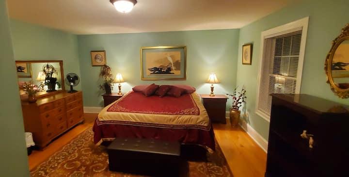 Sanctuary Room @ Partridge - King Bed, HDTV & desk