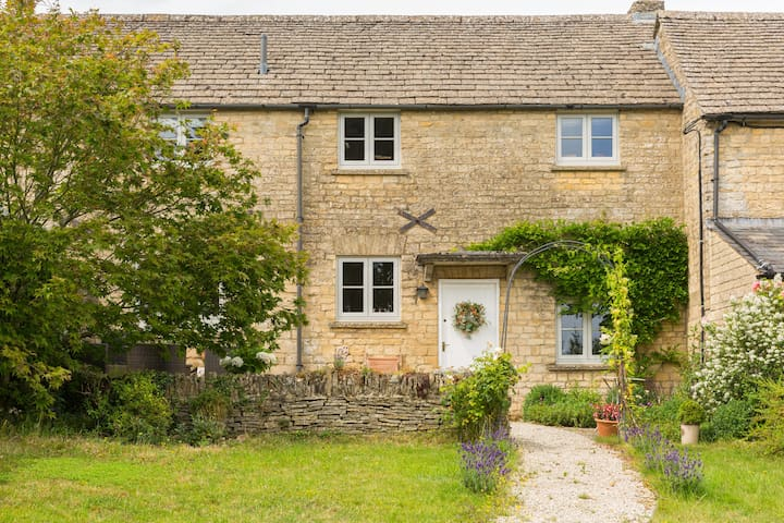 Cotswold Stone Cottage in central Stow-on-the-Wold