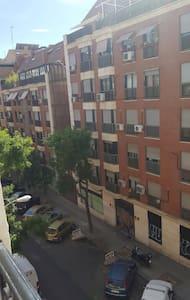 Tu habitación ideal cerca del Retiro :) - Madrid