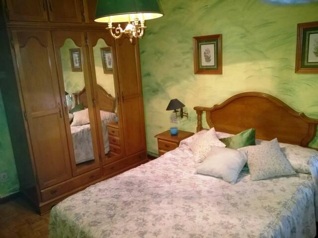 Apartamento de tres habitaciones con cuatro camas.