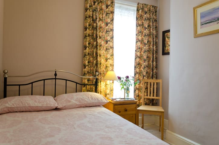 Comfy room in relaxed home, easy stroll to Quay.