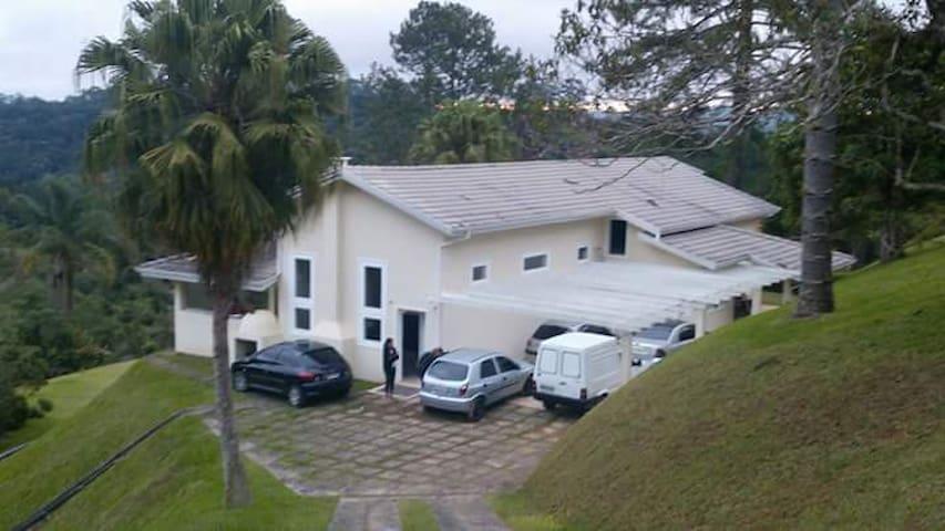 Sitio completo em bairro residencial em Juquitiba - Juquitiba - Kulübe