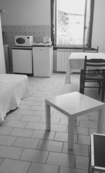 Studio meublé avec lit une place  Possibilité d'ajouter un matelas ou canape lit