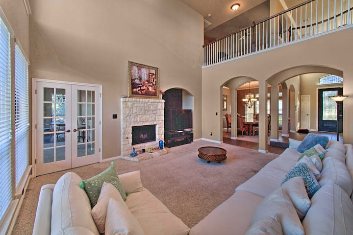 Sonoma Ranch Family Home w/Deck, 5 Mi to Six Flags