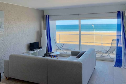 Large apartment on the beach, panoramic sea view