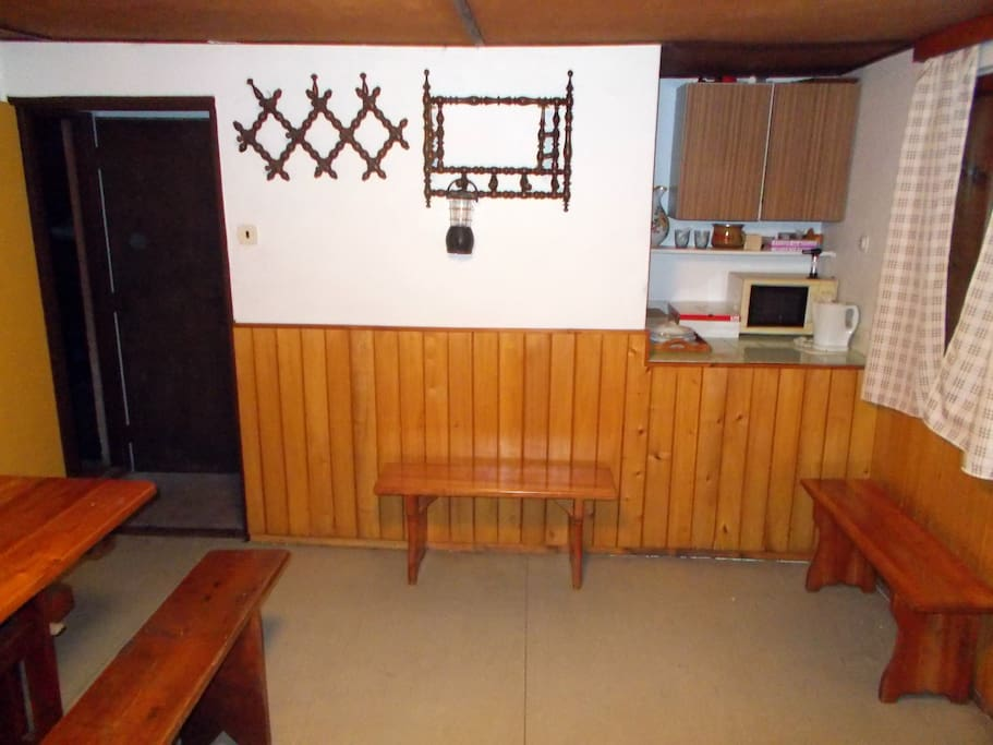 V patře také kuchyňský kout: varná konvice, vařič, mikrovlnka, nádobí (sklo, talířky, příbory), káva, čaj, ochucovadla...