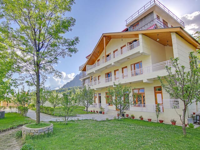 OYO Hill-View 1BR Home in Patlikuhal, Manali-Price Strikes!