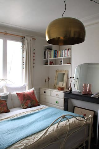 Charming, light, airy double bedroom in Montmartre