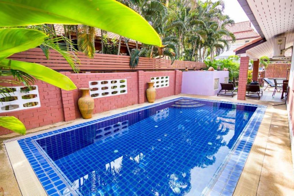 Private swimming pool. 私人游泳池。