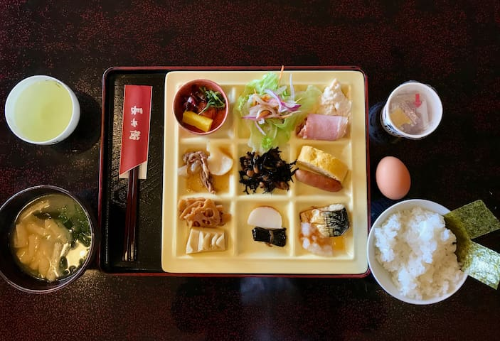 You will be able to try a typical Japanese breakfast with rice, miso soup, nattou, tamagoyaki, and other small dishes if you reserve a meal plan. It will either be served to your table or in the form of a buffet.