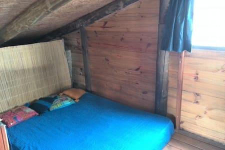 Habitación con cama doble en JAM - Bed & Breakfast