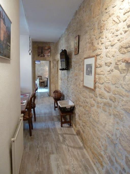 Couloir d 'entrée en pierres