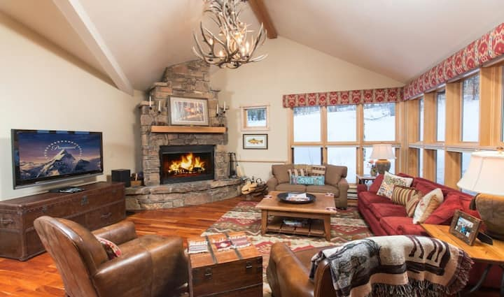 Spacious, ski-in/out 3-story home w/furnished patio, private hot tub & gas grill