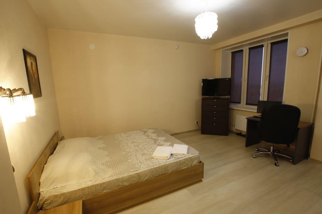 Кровать и телевизор