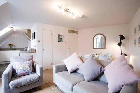Central Stylish Apartment-Short & Long-term Stays