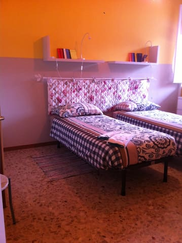 Camera Rossa: Doppia con letti singoli - Red Bedroom: Double with twin beds