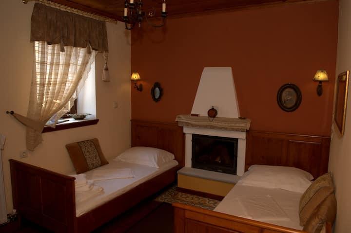 Αλισάχνη (Alisachne), grandmother' s room