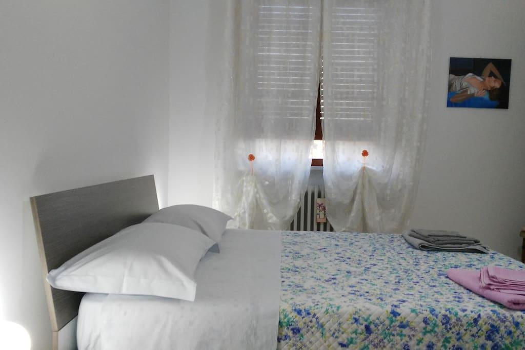 ampia finestra che rende la camera luminosa..