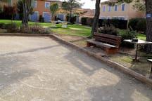 Table de ping-pong et terrain de pétanques à  l'arrière du lotissement