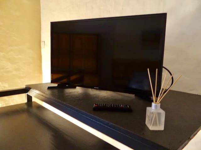 tv de 32 pulgadas cuenta con cable. y conexion HDM para poder conectar tu notebook u otros