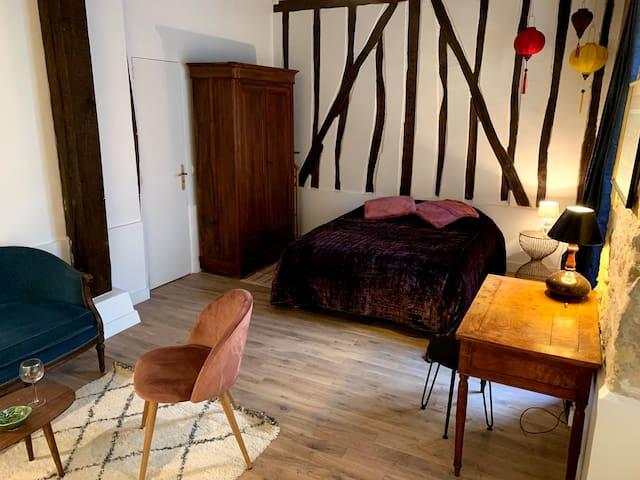 lit double dans une ambiance parisienne / king size bed in parisien ambiance