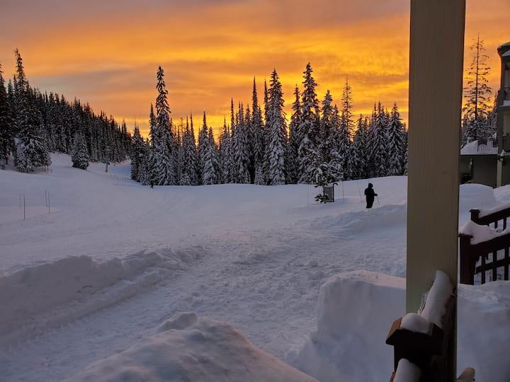 Ski to/from your door - sunny ground floor studio.
