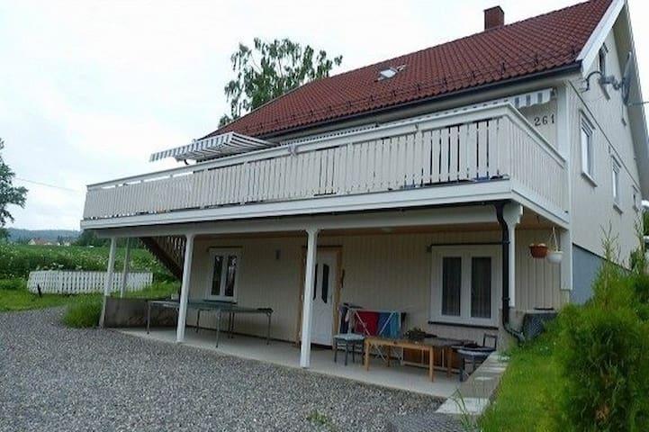 Leilighet: Mjøsutsikt fra fortauet,6 senger,1bad,.