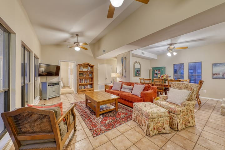 Amazing lakefront home w/ free WiFi and fantastic views - close to Austin!