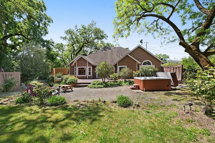 Spacious rural home w/private hot tub, mountain views, near parks and wineries!