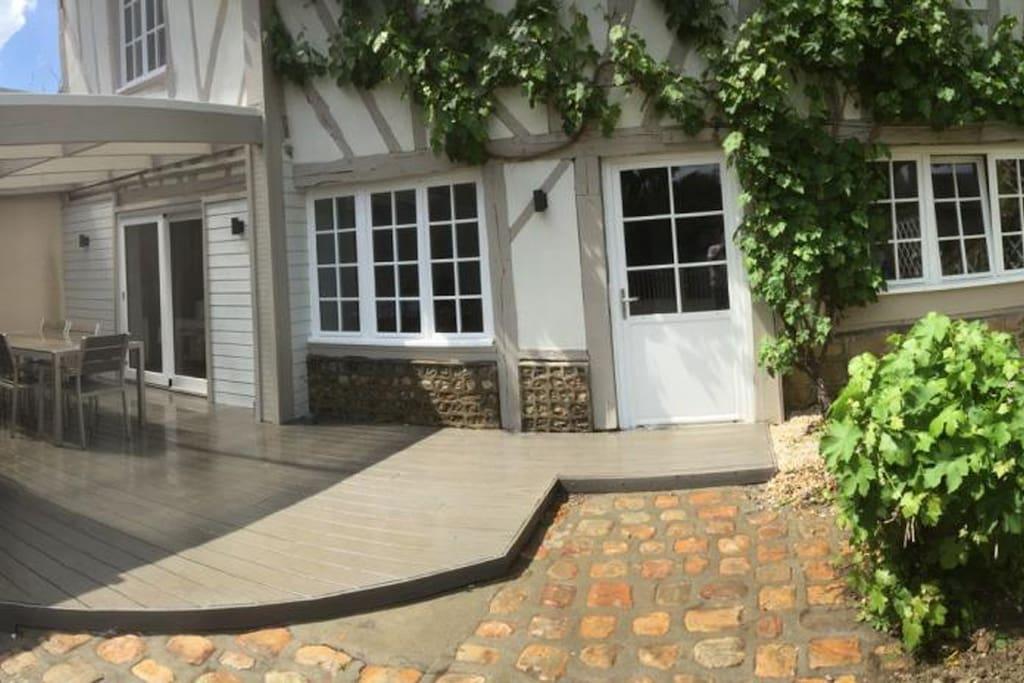 Vue d'ensemble du gîte avec parking, terrasse, jardin ... :)