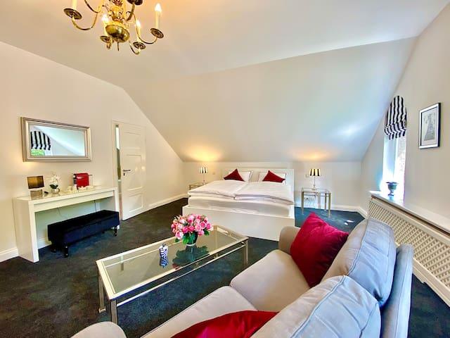 Großes Schlafzimmer mit Kingsize Bett und Bad ensuite, TV und Balkon