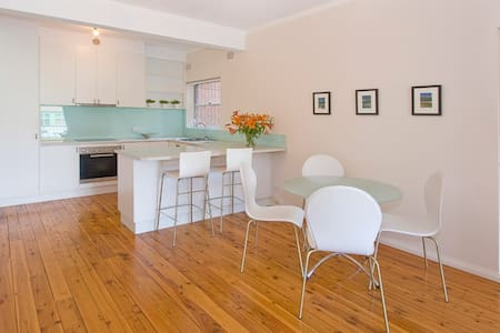 The Beach Pad: Location Location - North Bondi - Departamento