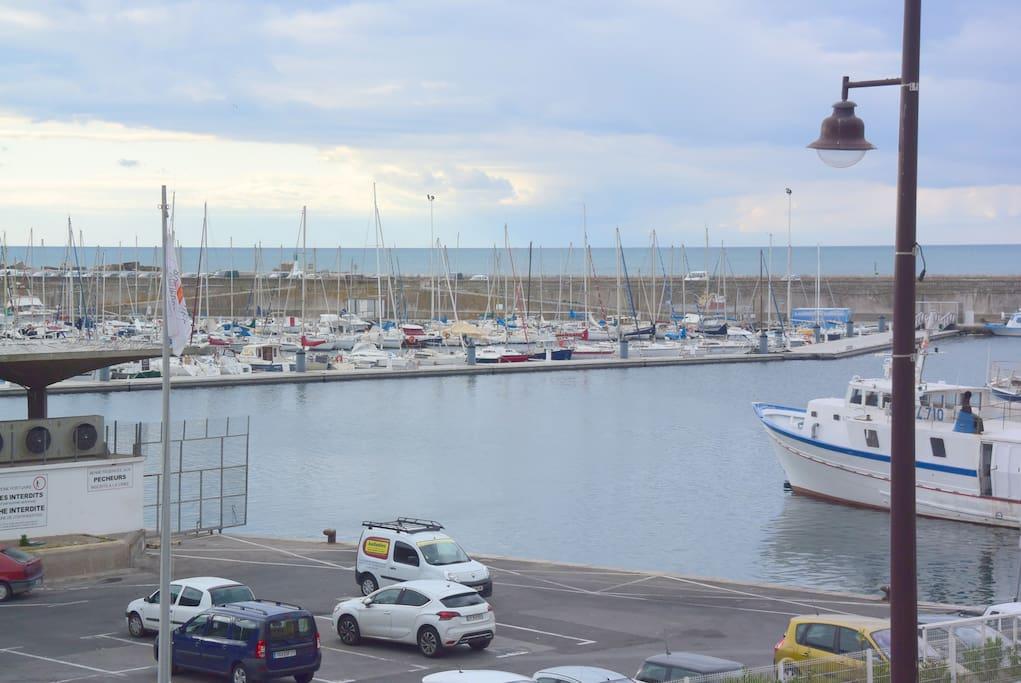 Vue sur le port ...