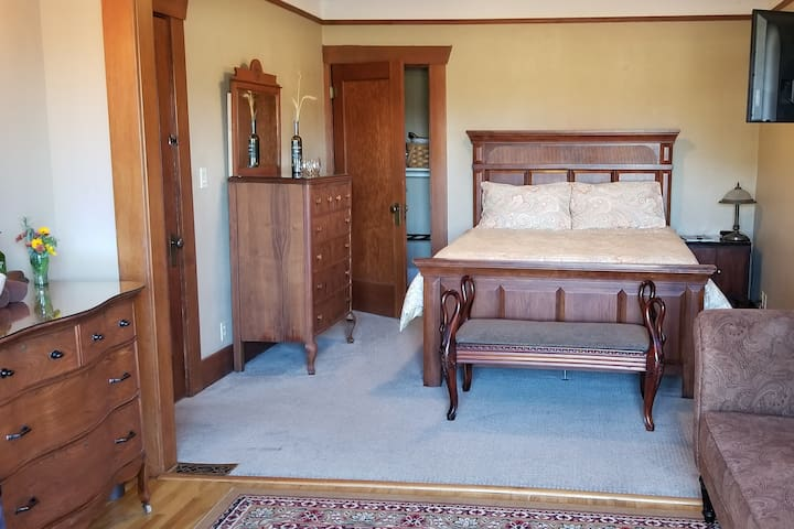 Country suite, private hot tub, view,near wineries