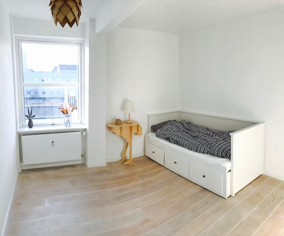 Single bed in a simple private room - København - Apartment