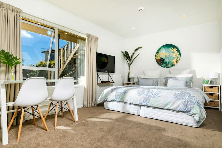 Private large double bedroom with kitchenette & TV