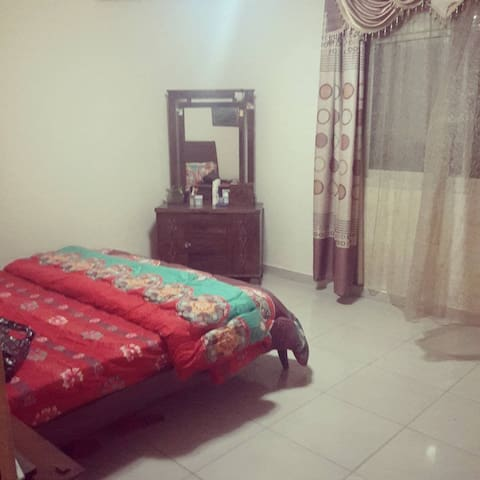 Cosy Master Bedroom in a Family-Friendly Apartment - Ajman - Apartment