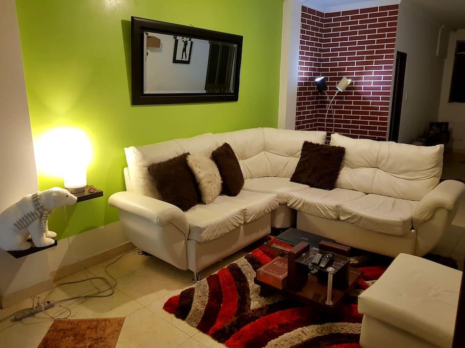 """Esta es la sala...muy cómoda y con un TV de 60"""" con televisión por cable"""
