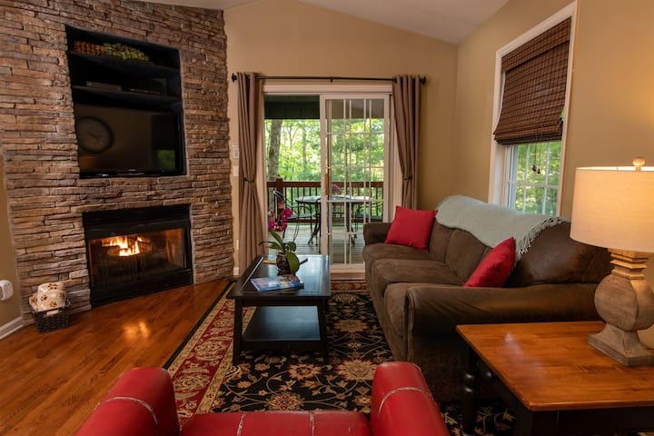 Minutes to Downtown! Social Distance! Fire Pit, Hot Tub & Pet Friendly