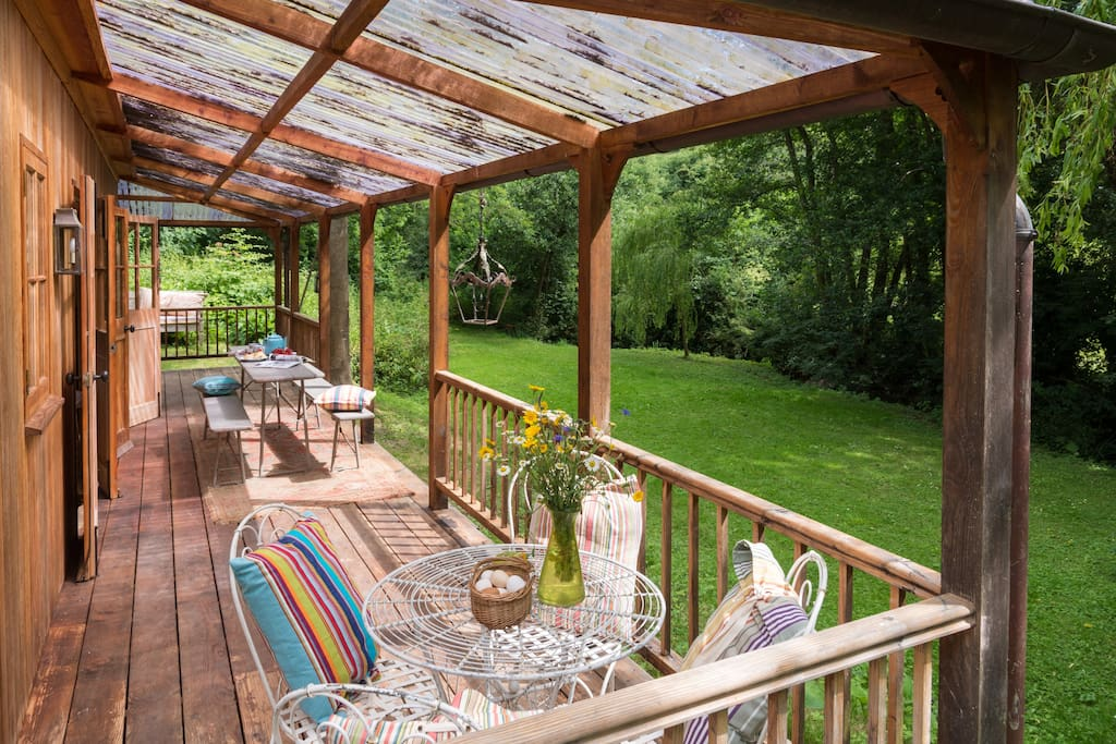 Relax, breakfast, long lunch or supper on the deck?