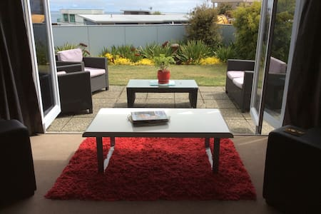 Relax and enjoy the views, room 2 - New Plymouth - Bed & Breakfast