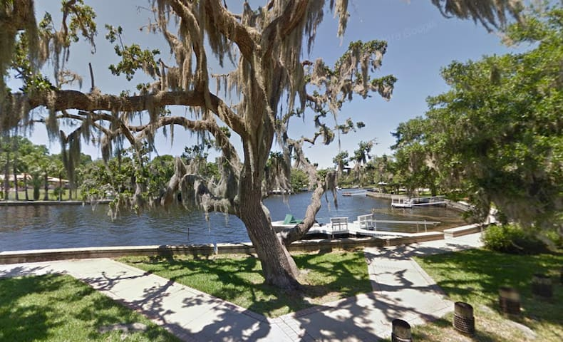 Riverside Retreat: Waterfront 3br home - New Port Richey - Casa