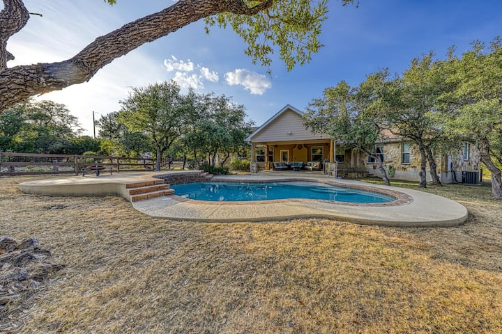 Luxury ranch with a private pool and gourmet kitchen, dogs welcome!