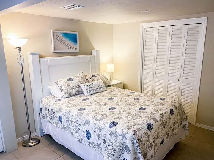 Island Time Inn Suite #6 - cute Inn on Bridge Street, close to the beach and shopping!