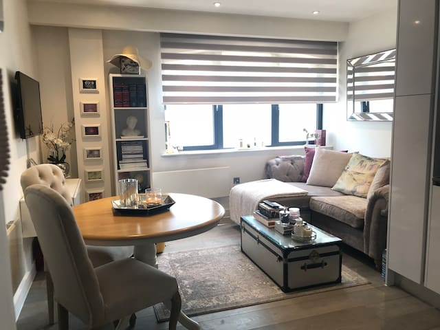luxury 1 bed apt 5mins Windsor/near Heathrow
