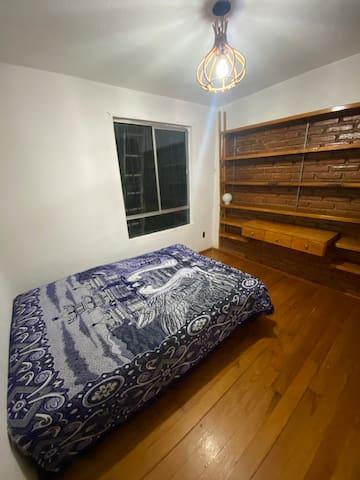 Recámara 1- Cama Matrimonial y Espacio de Trabajo para hacer home office. También cuenta con amplio closet