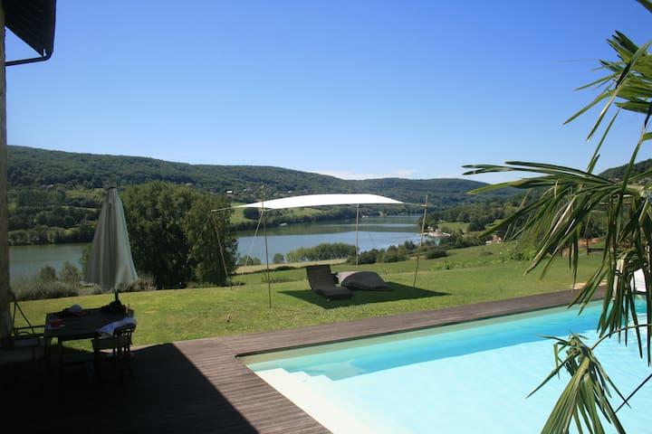 Maison tout confort avec Piscine et vue sur Lac - Lissac-sur-Couze - Dům