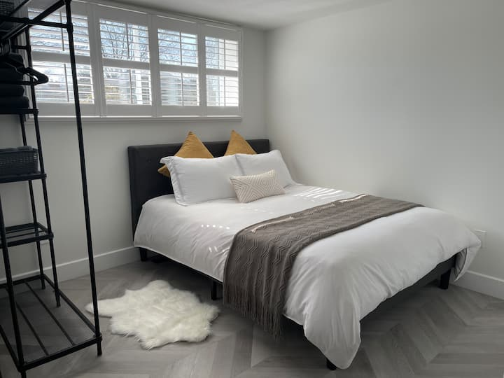 Urban Executive Suite – Steps to the Lake